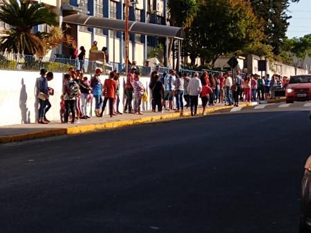 Enormes filas e aglomerações voltam a chamar a atenção na manhã desta quarta-feira