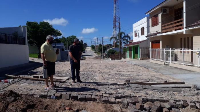 Vereador Marquinho fiscaliza obra inacabada no Bairro Floresta